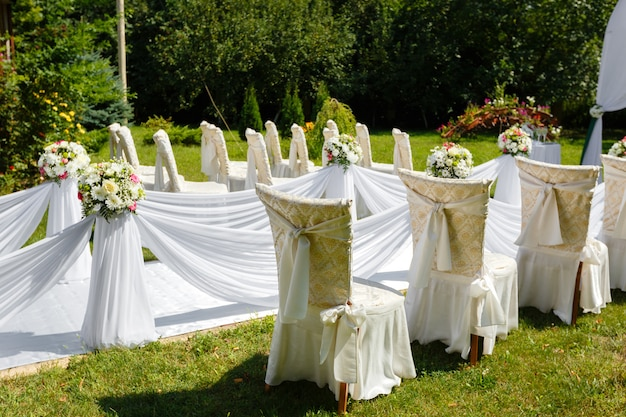 Hochzeitszeremoniedekorationen im park am sonnigen tag