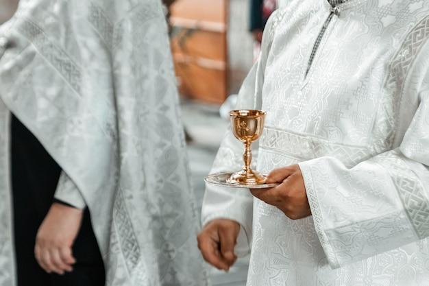 Hochzeitszubehör und -innenraum im orthodoxen kloster der heiligen dreifaltigkeit
