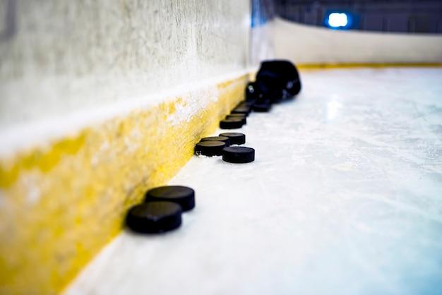 Hockey puck auf dem eis