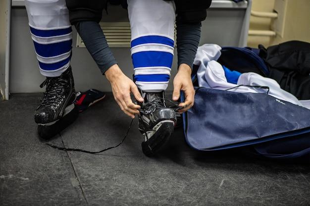 Hockeyschläger in umkleideräumen vor dem spiel
