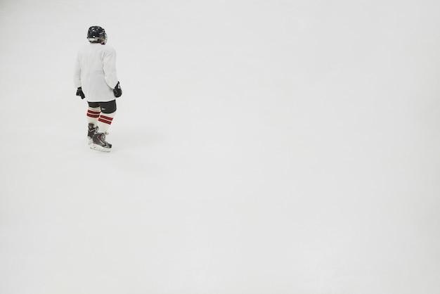 Hockeyspieler auf eisbahn