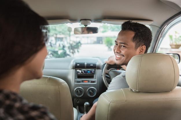 Höflicher asiatischer taxifahrer