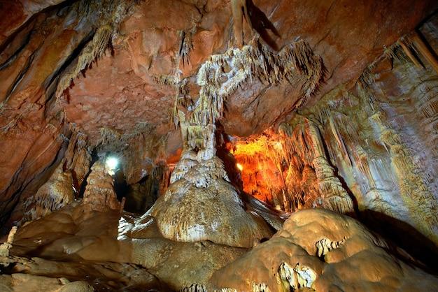 Höhle dunkles interieur mit licht, stalaktiten und stalagmiten