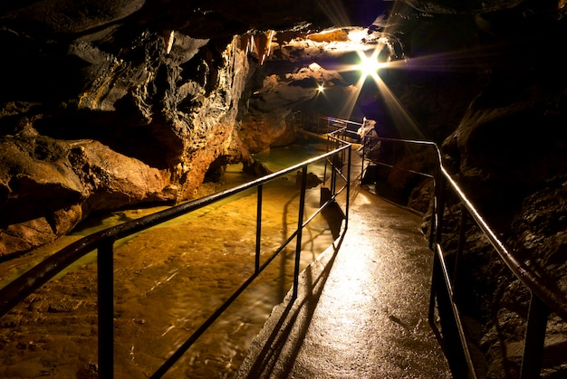 Höhle innen mit lampe