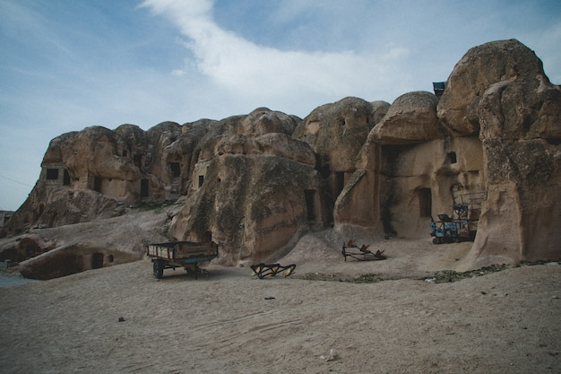 Höhlen, die in den felsen als wohnungen in der stadt von cavusin, in der region von türkisch ausgegraben werden
