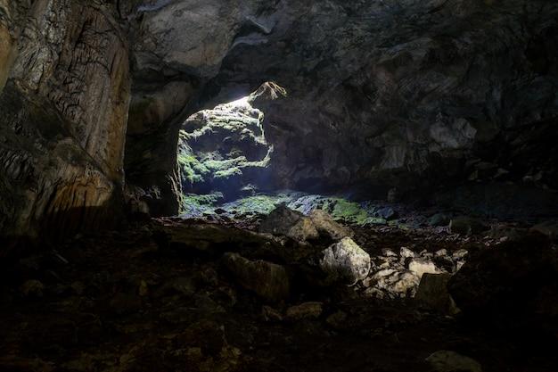 Höhlenstalaktiten, stalagmiten und andere formationen in emine-bair-khosar, krim