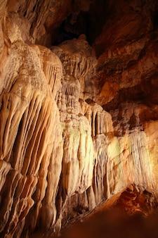 Höhlenstalaktiten unterirdische höhle magisches licht