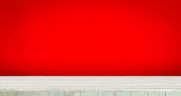 Hölzern mit rotem hintergrund