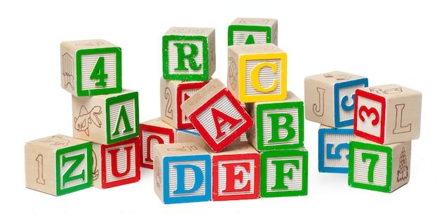Hölzerne alphabetblöcke lokalisiert auf weiß