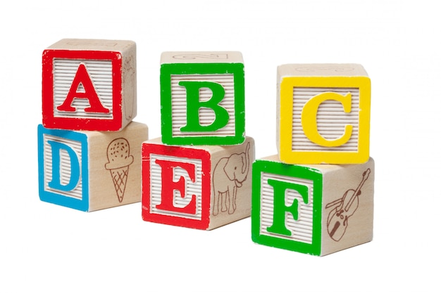 Hölzerne alphabetblöcke lokalisiert auf weißem hintergrund