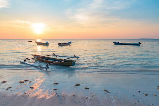 Hölzerne boote des tropischen strandkaribischen meers des sonnenuntergangs bei pasir panjang