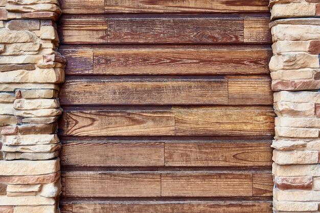Hölzerne bretter mit gestaltender backsteinmauer kopieren sie platz.