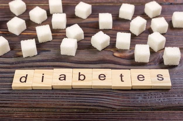 Hölzerne buchstaben des diabetesblockes mit raffiniertem zucker
