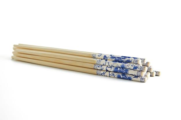 Hölzerne essstäbchen mit gestapeltem stapelmuster lokalisiert auf weiß