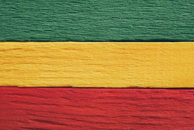 Hölzerne grüne, gelbe, rote alte retro- weinleseart des hintergrundes, rasta reggae-flagge