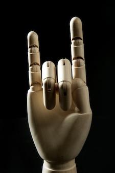 Hölzerne hand des mannequins, hörner mit den fingern