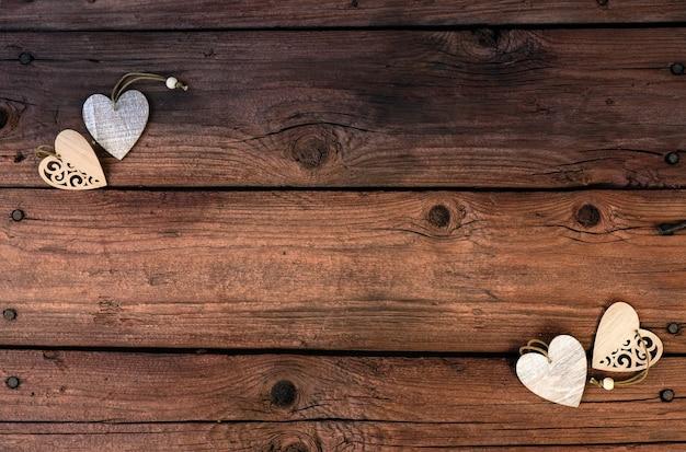 Hölzerne herzen auf einem hölzernen hintergrund. valentinstag.