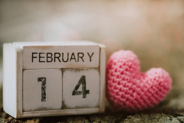Hölzerne kalendershow vom 14. februar mit rosa herzen