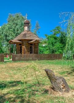 Hölzerne kapelle in der stadt von vilkovo, ukraine