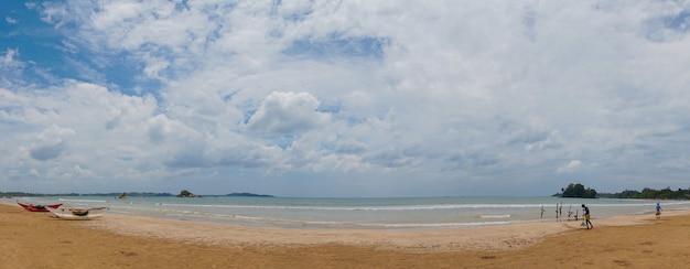 Hölzerne katamarane am sandstrand des indischen ozeans.