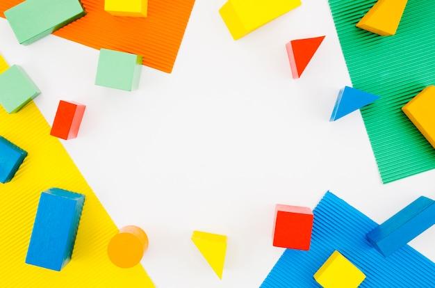 Hölzerne kinderspielwaren der draufsicht mit kopienraum