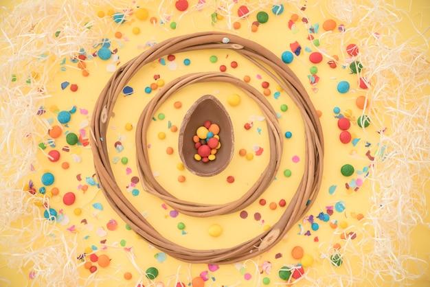 Hölzerne kreise zwischen süßen süßigkeiten