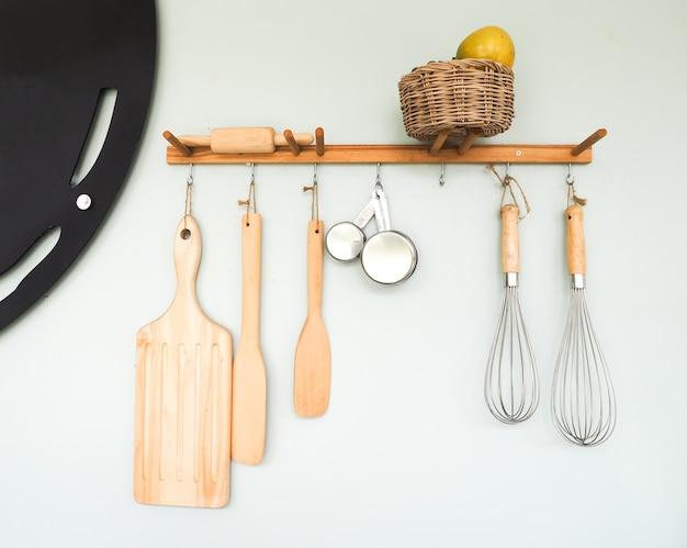 Hölzerne küchengeräte, die an der wand hängen
