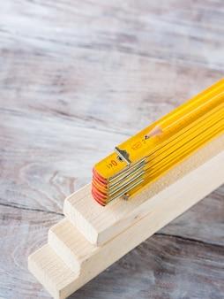 Hölzerne materialien und messender gelber bleistift des messinstruments