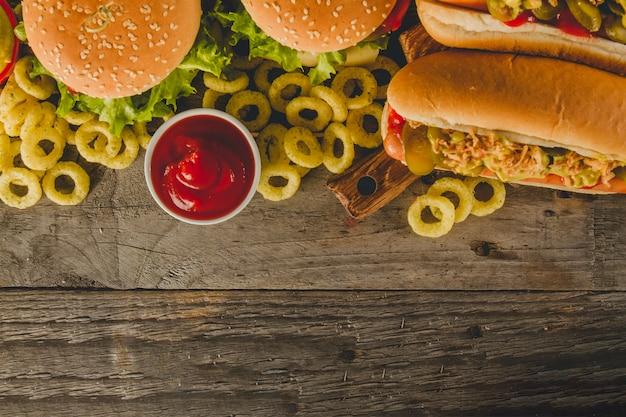 Hölzerne oberfläche mit leckerem fast food