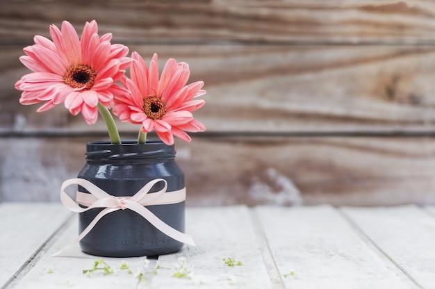 Hölzerne oberfläche mit niedlichen vase