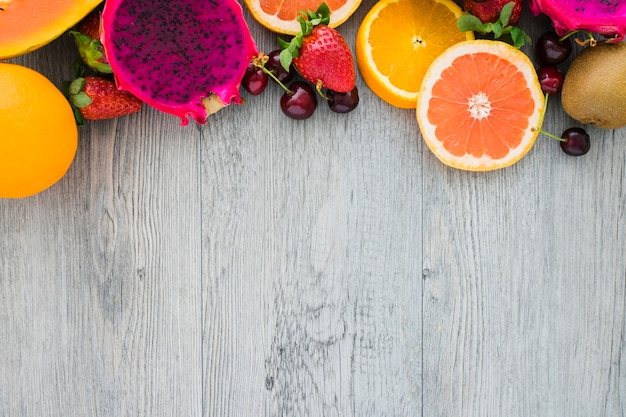 Hölzerne oberfläche mit verschiedenen früchten