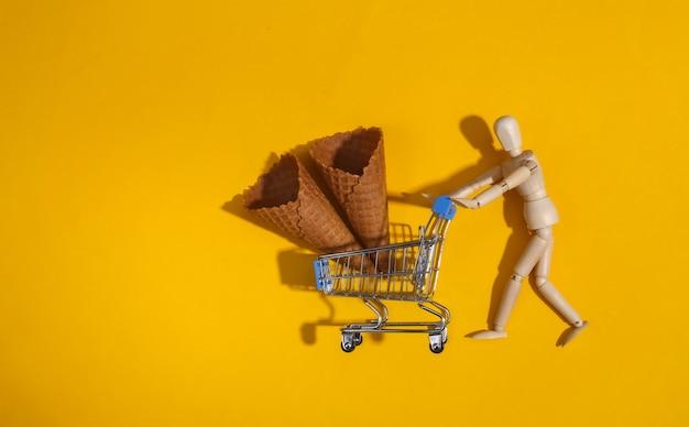 Hölzerne puppenpuppenrollen supermarktwagen mit eiswaffeltüten