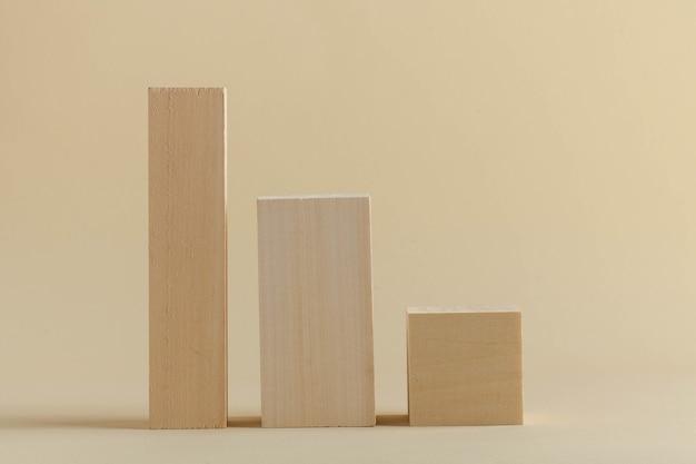 Hölzerne rechteckige formen auf einem beigefarbenen hintergrund abstrakte geometrische formen leere podeste für ihre pro...
