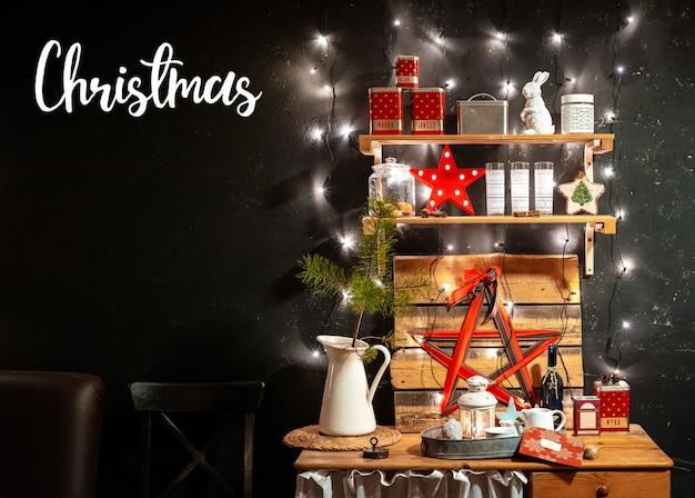Hölzerne rustikale innenküche auf schwarzem hintergrund und rotem weihnachtsdekor. ein festliches abendessen im küchenkonzept zu hause kochen.