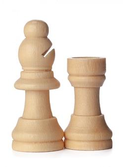 Hölzerne schachfiguren schließen oben lokalisiert auf weiß