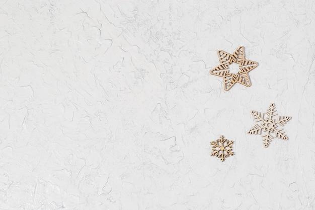 Hölzerne schneeflocken auf glitzerhintergrund mit kopienraumkonzept für neues jahr oder weihnachten