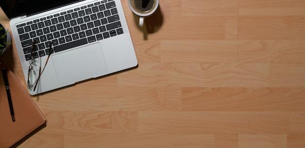 Hölzerne schreibtischtabelle mit tastatur pc, büroartikel und kopienraum