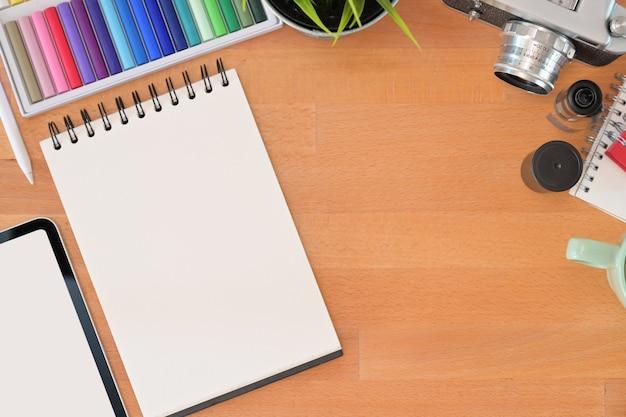 Hölzerne schreibtischwesensmerkmale des grafikdesigners und kopienraum