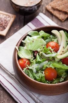 Hölzerne schüssel mit salat von oben gesehen