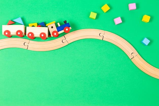 Hölzerne spielzeugeisenbahn mit bunten blöcken und hölzerner eisenbahn