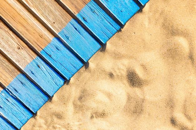 Hölzerne strandpromenade mit sand für textur oder hintergrund. draufsicht