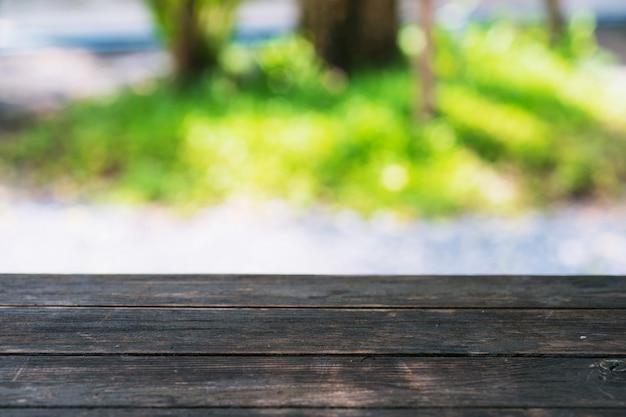 Hölzerne tabelle auf unschärfegarten