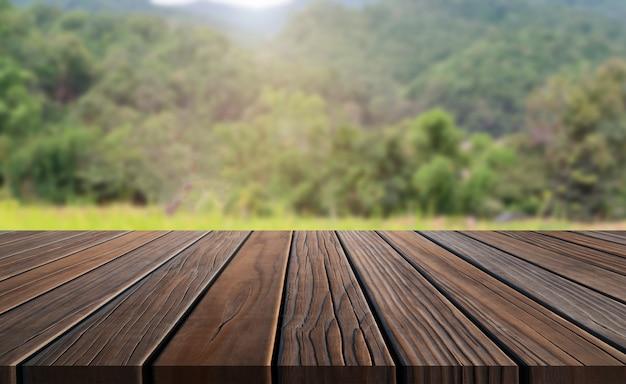 Hölzerne tabelle browns in der sommerbauernhof-grünlandschaft.