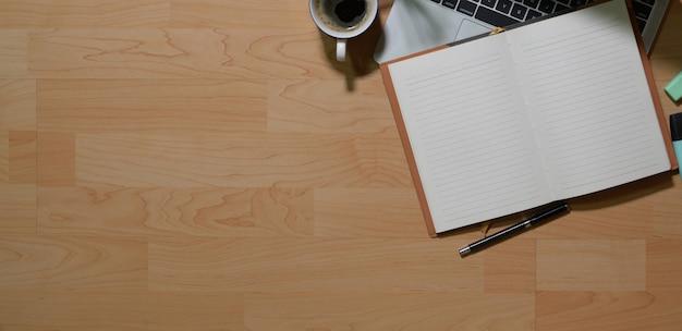 Hölzerne tabelle des schreibtischs des geschäftsarbeitsplatzes und der bürogeschäftsgegenstände und des kopienraumes