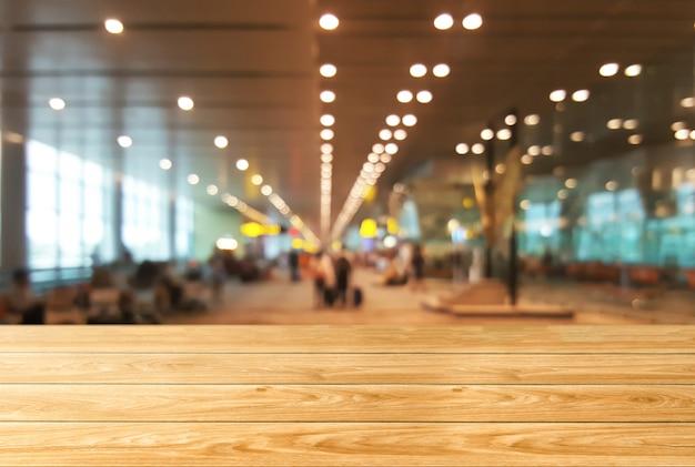 Hölzerne tabelle im großen konferenzsaalhintergrund.