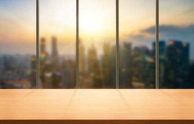 Hölzerne tabelle im modernen bürohintergrund des stadtzentrums