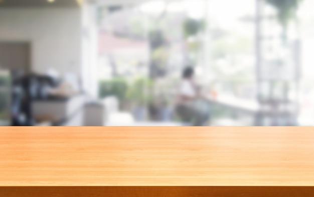 Hölzerne tabelle im unschärfehintergrund des modernen restaurants