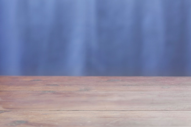Hölzerne tischplatte auf blauem hintergrund