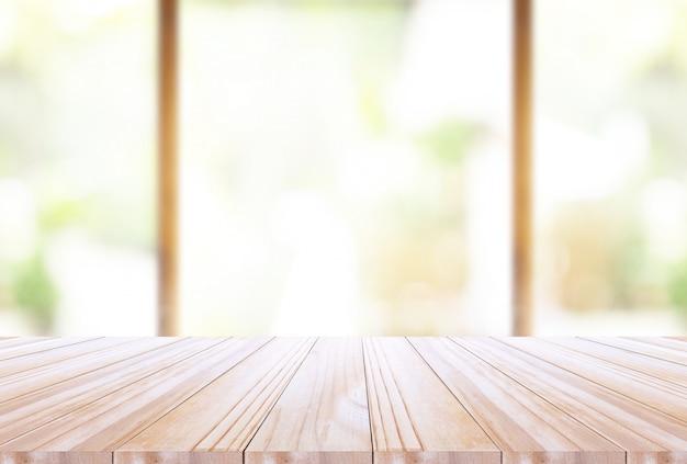 Hölzerne tischplatte auf disfocus-küchenhintergrund