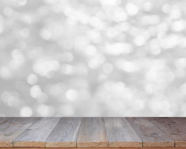 Hölzerne tischplatte auf glänzendem weißem bokeh zusammenfassungshintergrund